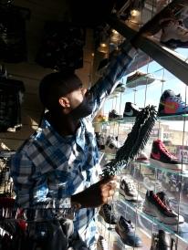 Daheem Fixing Shoe Display