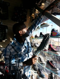 Daheem Fixing Shoe Display